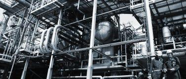 Работники нефти и газ с трубопроводами стоковое изображение rf