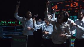 Работники обменом проводя торговлю сток-видео