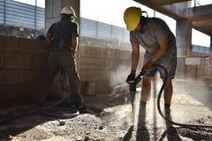 Работники ломают бетон с пневматическим молотком - 2017 Стоковое Фото