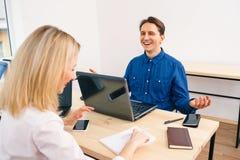 Работники офиса имея смешной переговор Стоковые Фото