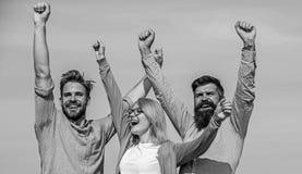 Работники офиса коллег компании 3 счастливые наслаждаются свободой, предпосылкой неба черная изолированная свобода принципиальной стоковая фотография rf