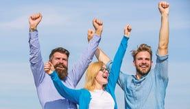 Работники офиса коллег компании 3 счастливые наслаждаются свободой, предпосылкой неба черная изолированная свобода принципиальной стоковая фотография