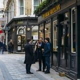 Работники офиса наслаждаются пинтой на обеденном времени на пабе Ye Olde Watling в городе Лондона, Англии, Великобритании Стоковое фото RF