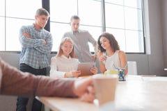 Работники офиса обсуждают дальнейшее развитие компании стоковые фотографии rf