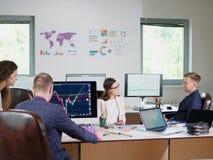 Работники офиса работают в офисе для их работ Cryptocurrency Стоковые Фотографии RF