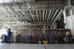 Работники очищая краны где zam-zam питьевой воды Стоковые Фото
