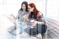 Работники перспективы молодые смотря экран компьтер-книжки Стоковые Изображения
