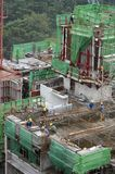 работники подъема конструкции здания высокие Стоковые Фотографии RF
