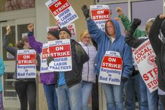 Работники поражая снаружи стопа & магазина в Wallingford, Коннектикуте стоковые фотографии rf