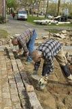 Работники: построители дороги кладя булыжники Стоковые Изображения RF