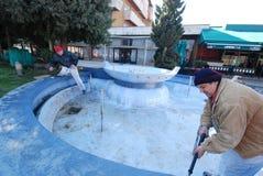 Работники подготавливают фонтан для новой краски Стоковые Изображения