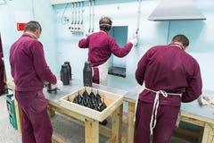 Работники приближают к машине боеприпасов в фабрике военных запасов Стоковые Фото