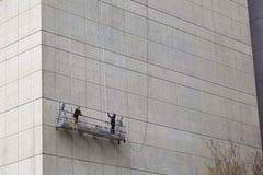 Работники приостанавливанные на здании, Манхаттане Стоковые Фото
