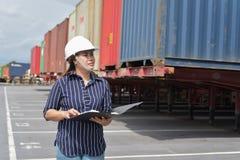 Работники проверяют контейнеры для Decorate стоковое изображение