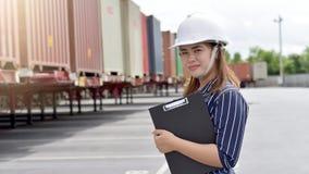 Работники проверяют контейнеры стоковая фотография rf