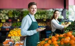 Работники продавая свежие фрукты Стоковые Фото