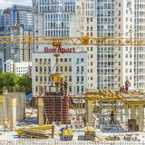 Работники работают на строительной площадке Стоковая Фотография