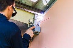 Работники работают путем использование сварочного аппарата стоковые фото