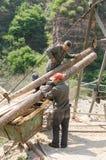 Работники работая в горах стоковое фото