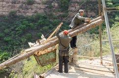 Работники работая в горах стоковые фото