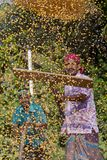 Работники распространили урожай маиса для сушить на оптовом рынке зерна стоковое изображение rf