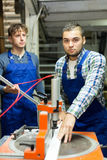 Работники режа профили окна Стоковая Фотография