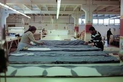 Работники режа ткань Стоковые Фотографии RF