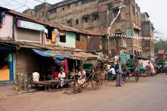 Работники рук-вытягиванной рикши имеют остальные на улице Стоковое Фото