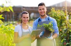 Работники садового центра стоковые фото