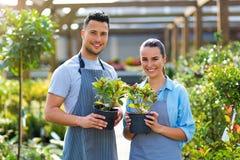 Работники садового центра стоковые фотографии rf