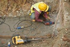 Работники сверля бетон используя передвижную сверля машину Стоковое фото RF
