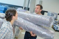 Работники складируют транспортировать пластиковую упаковку Стоковое фото RF