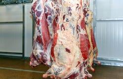 Работники скотобойни мяса вырезывания в фабрике мяса Стоковая Фотография RF