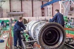 Работники собирают турбину двигателя авиации Стоковые Изображения