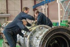 Работники собирают турбину двигателя авиации Стоковые Изображения RF