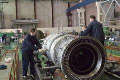 Работники собирают турбину двигателя авиации Стоковые Фото