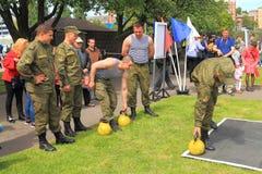 работники Солдат-контракта уносят тренировки силы с весами Стоковое Изображение