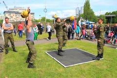 работники Солдат-контракта уносят тренировки силы с весами Стоковые Фотографии RF
