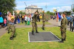 работники Солдат-контракта уносят тренировки силы с весами Стоковое фото RF
