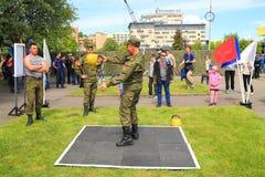 Работники солдат уносят тренировки силы с весами Стоковая Фотография