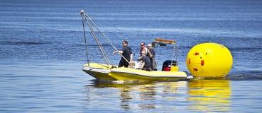 Работники спасательной команды аранжируют томбуи Стоковое Фото