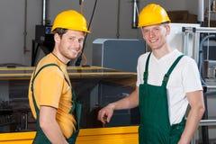 Работники стоя рядом с машиной Стоковое Изображение RF