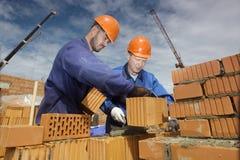 работники строительной площадки стоковое фото