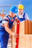 Работники строительной площадки проверяя раковину здания Стоковое Изображение RF