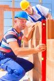 Работники строительной площадки проверяя раковину здания стоковые изображения