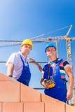 Работники строительной площадки строя дом с краном Стоковое Изображение RF