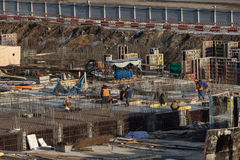работники строительной площадки Учреждение кучи здания вниз стоковые изображения rf