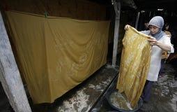 Работники суша ткань используемую как материальный батик Стоковые Изображения