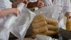 Работники упаковывая сырцовую макарон от производственной линии в макаронных изделиях manufactury стоковые фотографии rf