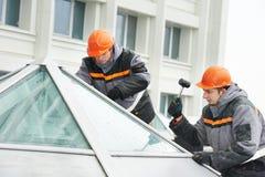 Работники устанавливая окно Стоковое Фото